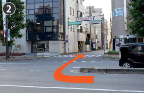 左折してすぐに中央分離帯の切れ目から「南本町商店街」アーケード方面へ右折